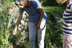 Im-Garten-mit-Frau-Fadegrad
